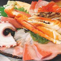 北千住にある市場食堂さかなやの海鮮丼には、まだ生きているネタが乗っていました